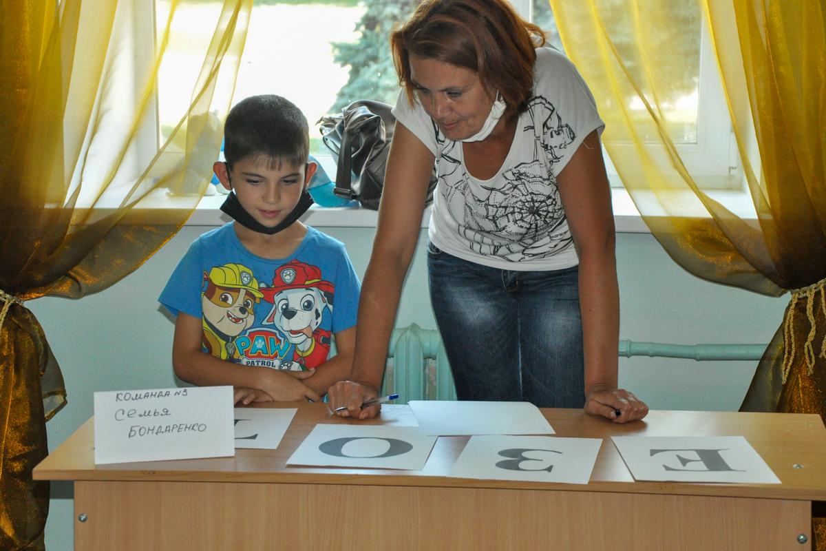В Стаханове активисты провели развлекательное мероприятие «Все начинается с семьи»