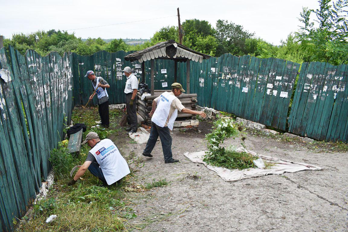В Брянке активисты навели порядок на территории, прилегающей к городской кринице