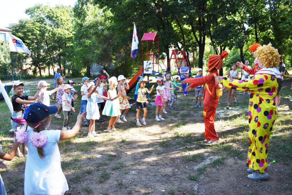 В Брянке обновили детские площадки и устроили детям праздник 2