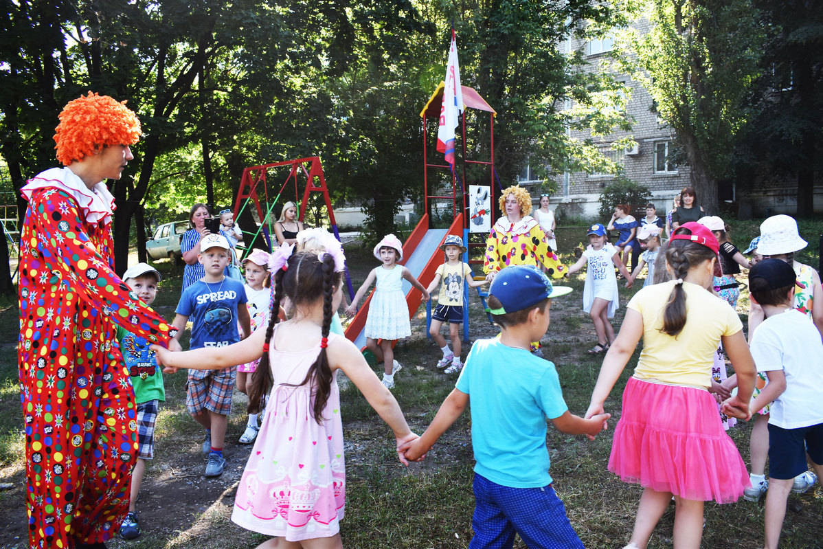 В Брянке обновили детские площадки и устроили детям праздник 1