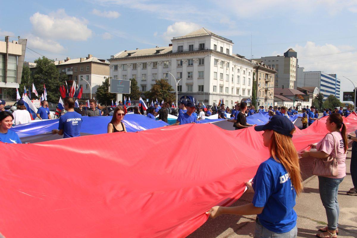 В Луганске День Государственного флага Российской Федерации отметили автопробегом и флешмобом 6