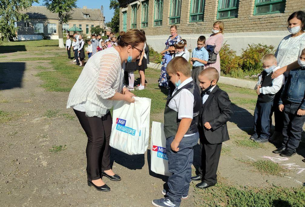 В Бирюковской школе-интернате вручили канцелярские наборы первоклассникам