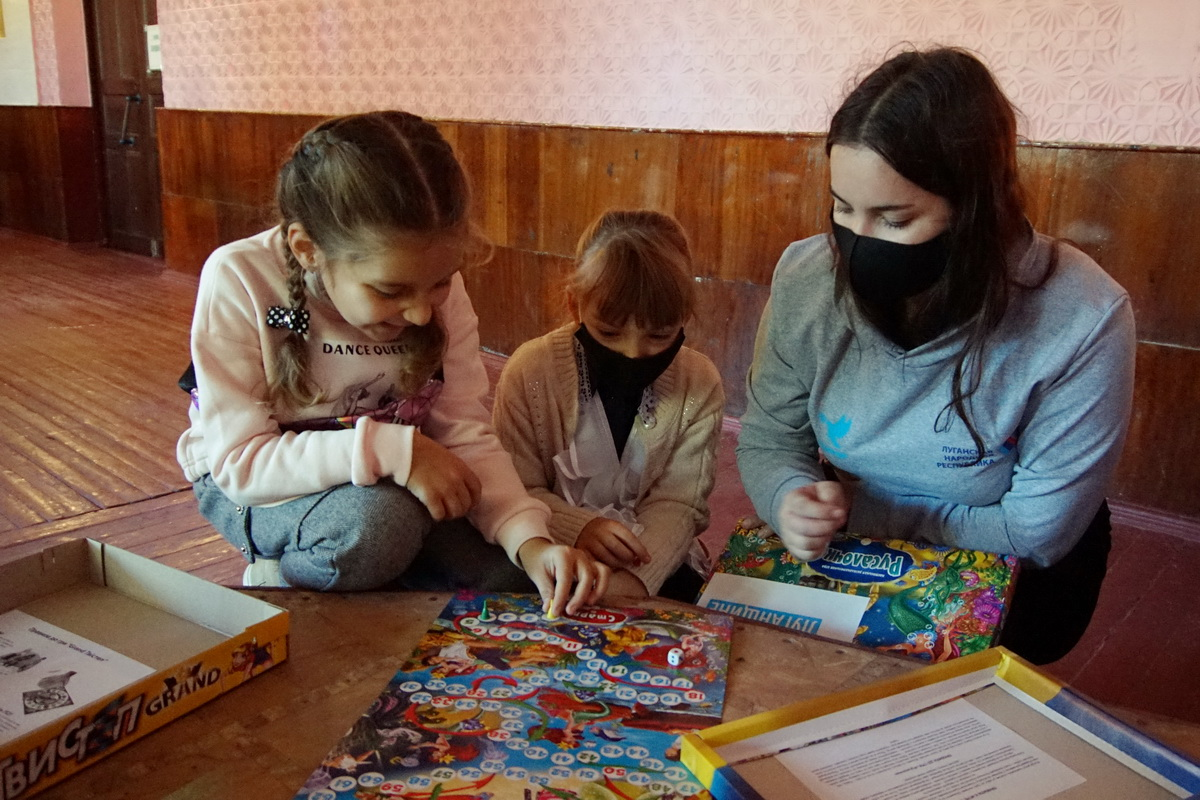 В Свердловске вручили настольные игры от проекта «Волонтёр» 4
