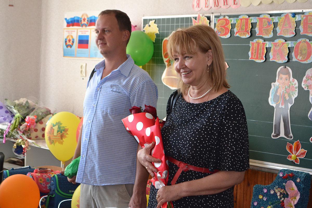 Депутат Анна Мосина посетила торжественную линейку в Родаковской средней школе