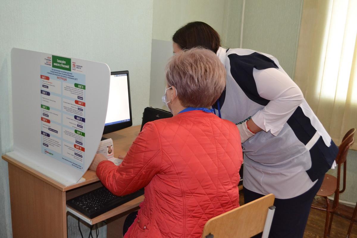 На территории ЛНР в инфоцентрах началось голосование на выборах в Госдуму России 7