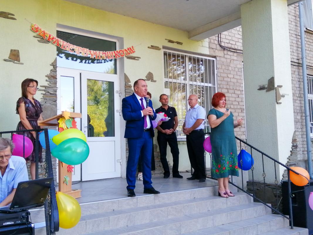 Депутат Павел Пилавов поздравил школьников с Днём знаний в Луганске