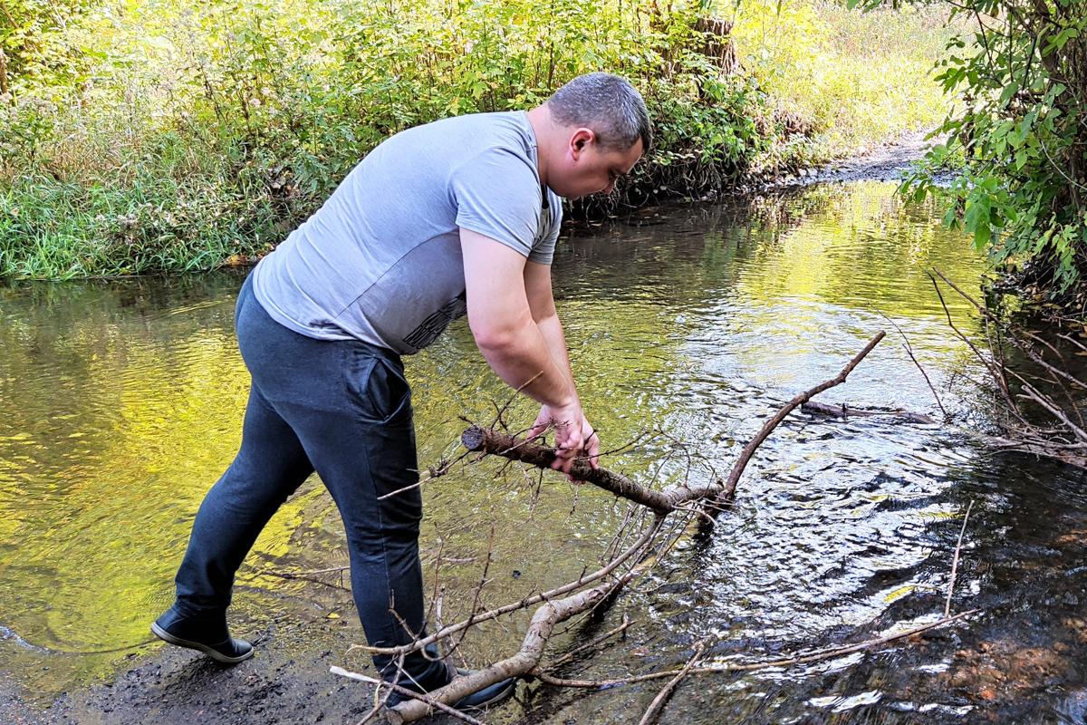 Краснолучские активисты очистили русло реки Миусик
