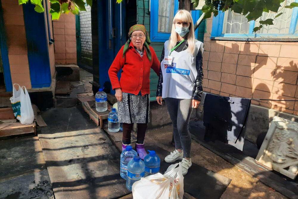 В рамках акции «Рука помощи» волонтёры Краснодона помогли пенсионерке  1