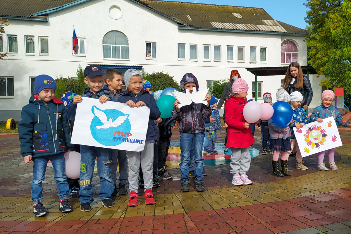 Ровеньковские активисты провели флешмоб к Международному дню мира 2