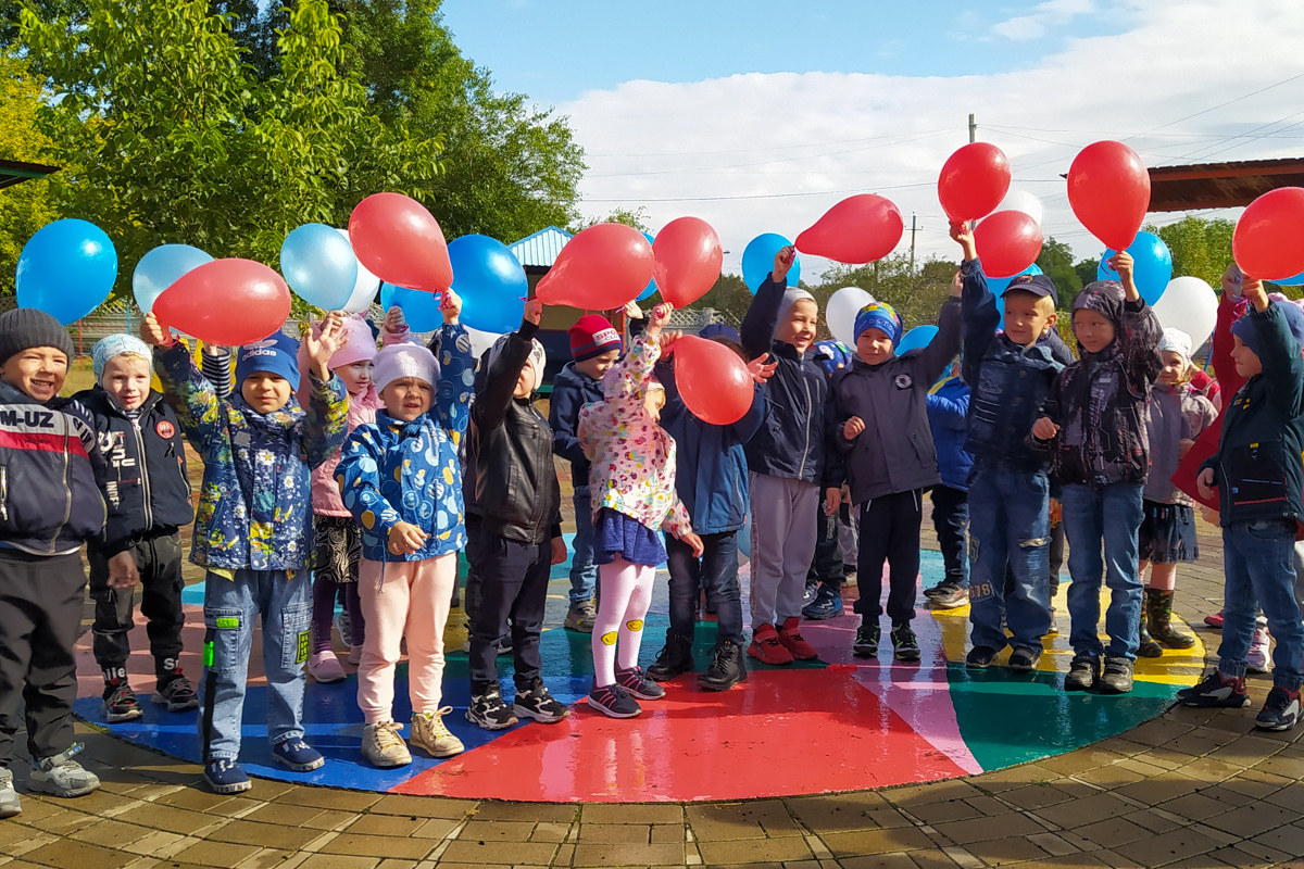 Ровеньковские активисты провели флешмоб к Международному дню мира