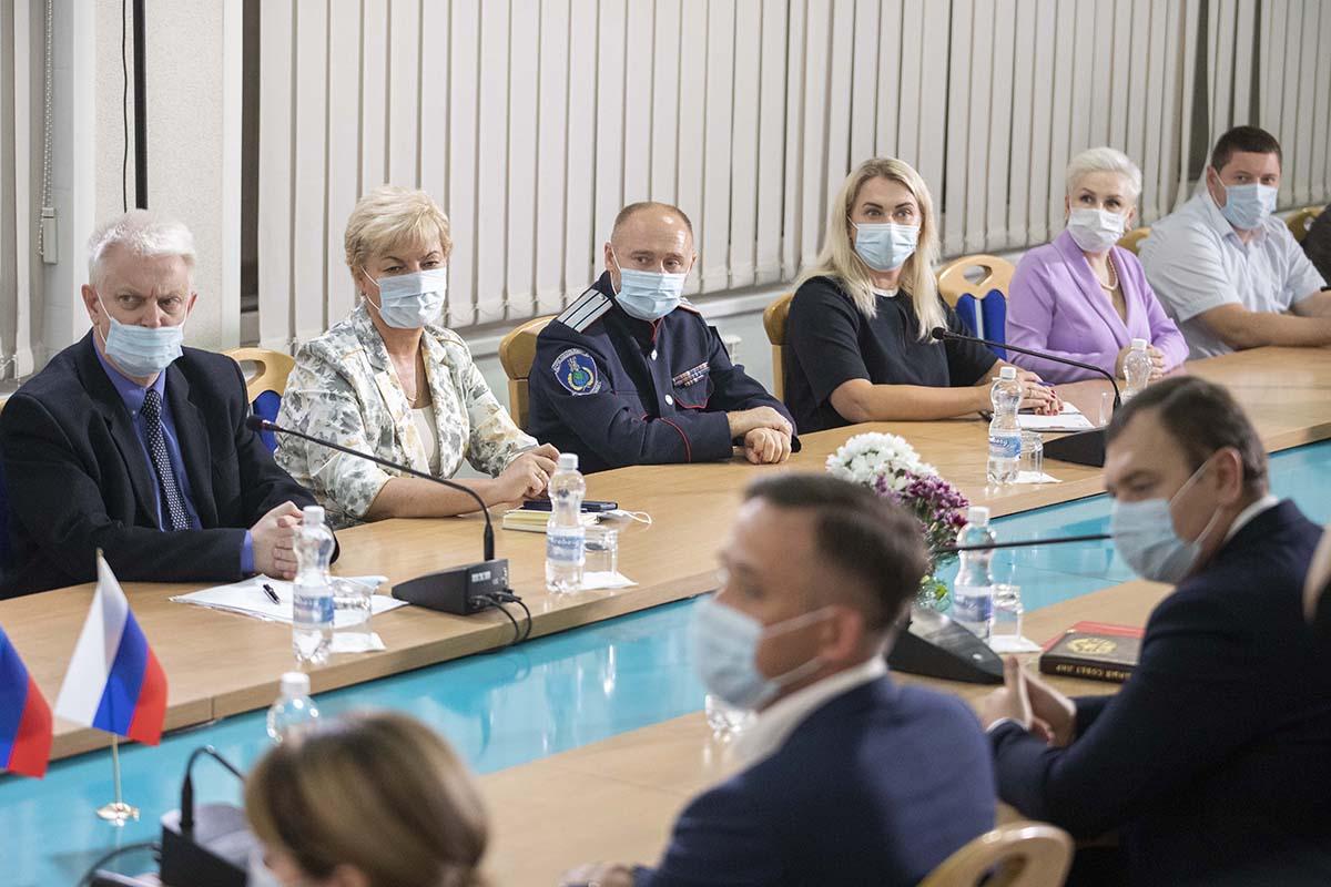 Итоговый круглый стол «С Россией едины!» прошел в Луганске3