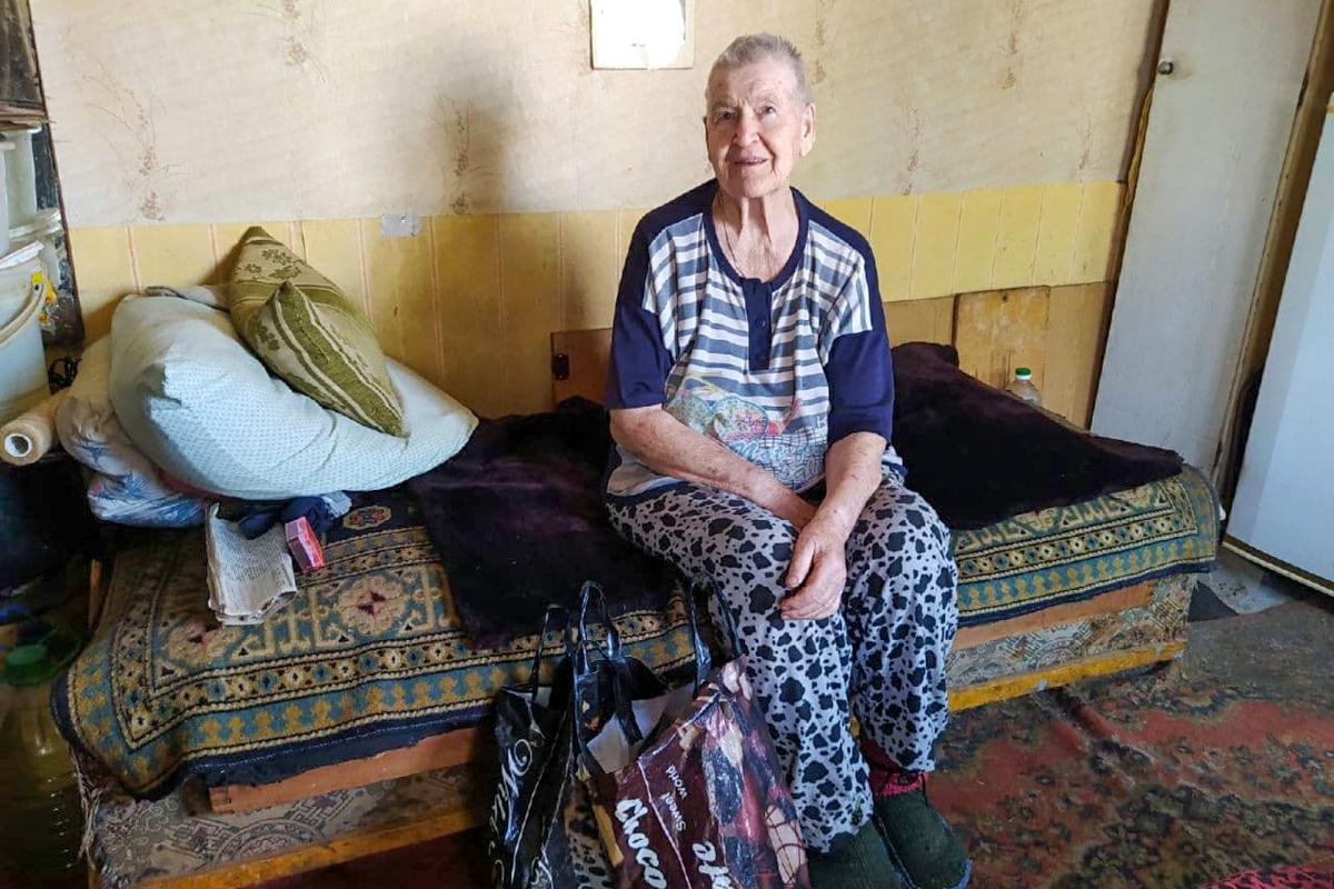 Волонтёры помогли жительнице Стаханова