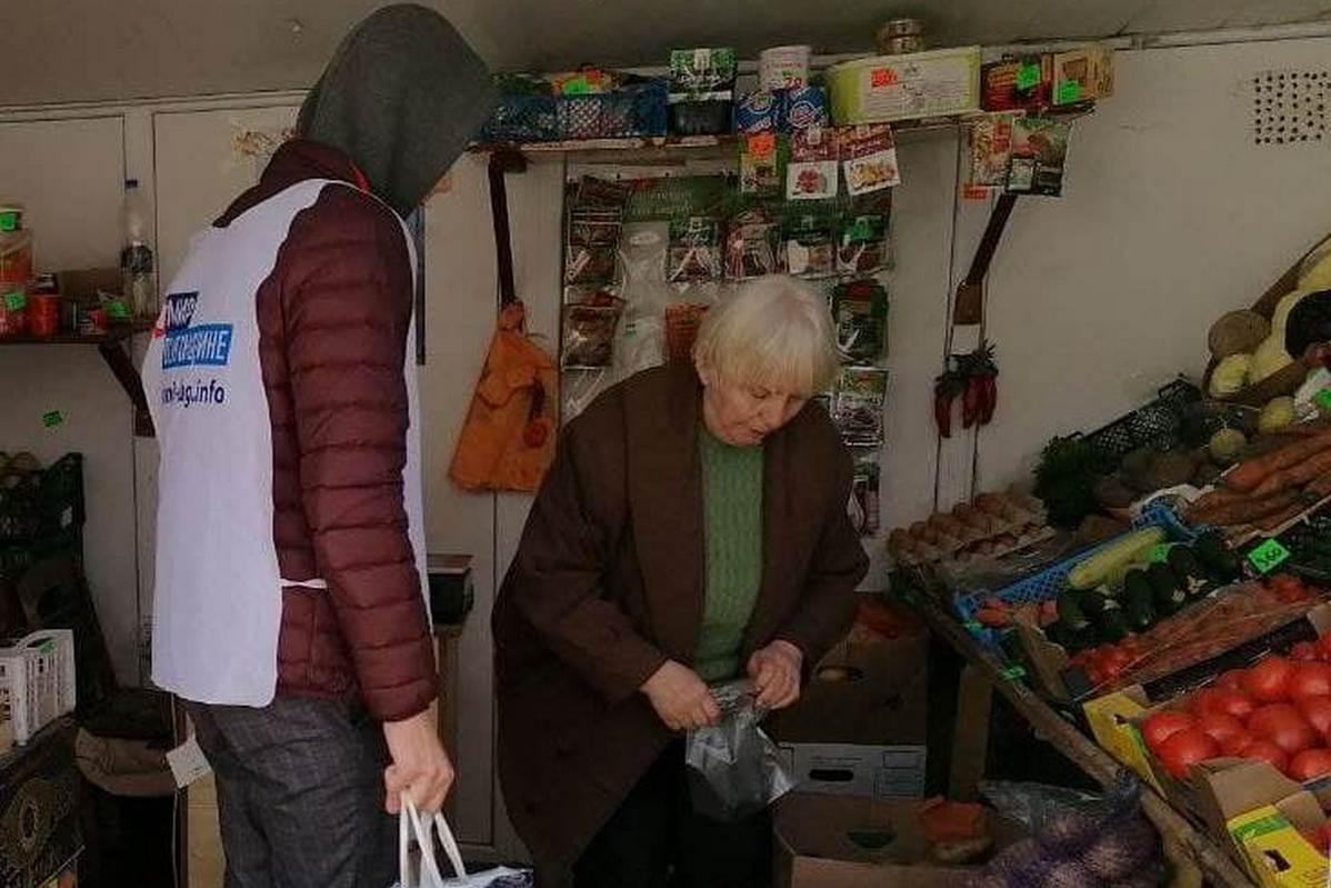 Волонтеры акции «Рука помощи» помогли жительнице Стаханова 1