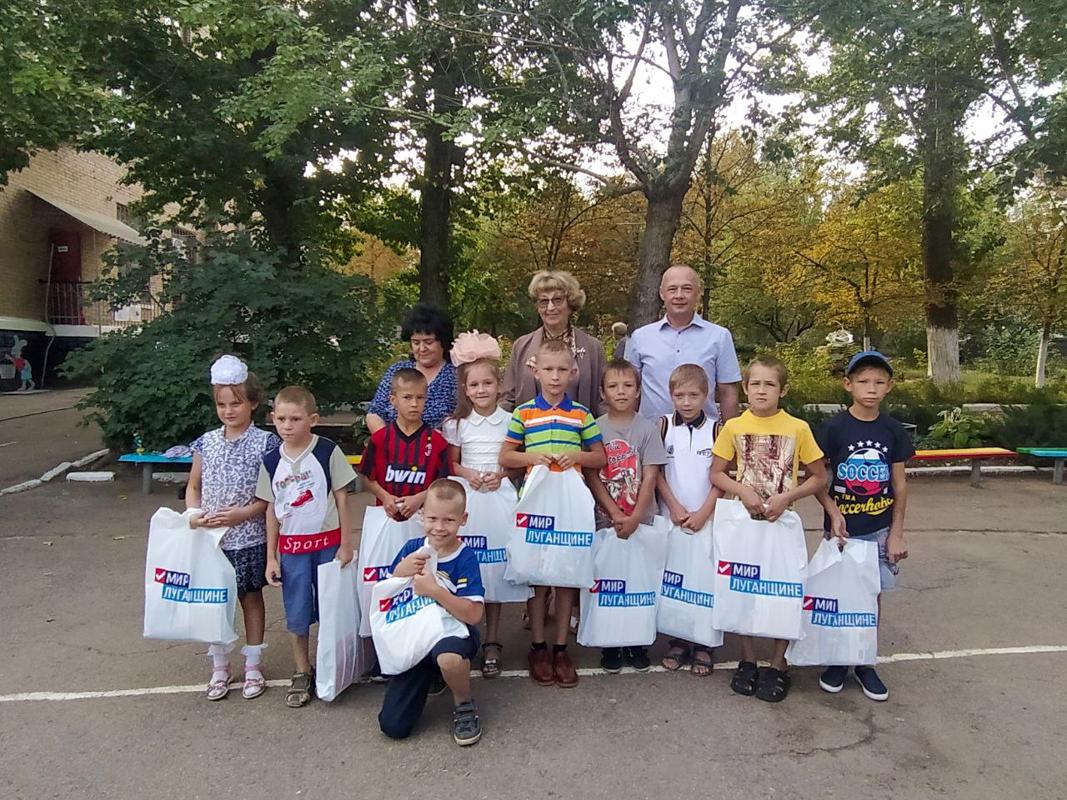 Волонтеры вручили ученикам первого класса Лутугинской школы-интернат канцелярские наборы