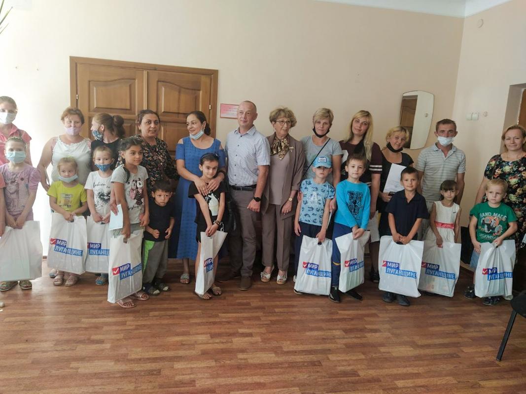 В Лутугино первоклассники получили канцелярские принадлежности от проекта «Волонтер»