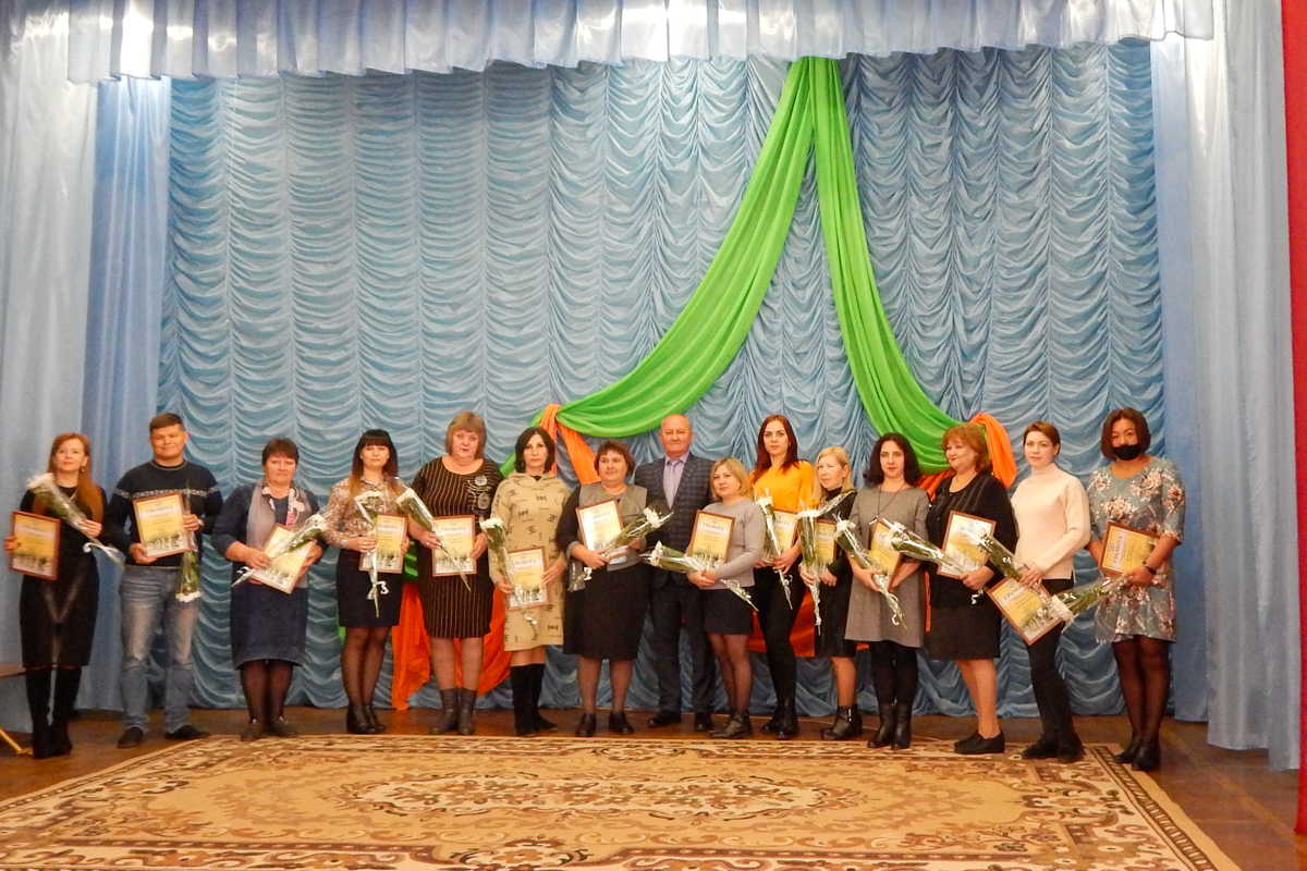 Заслуженным педагогам ЛНР вручили подарки от ОД «Мир Луганщине» 4