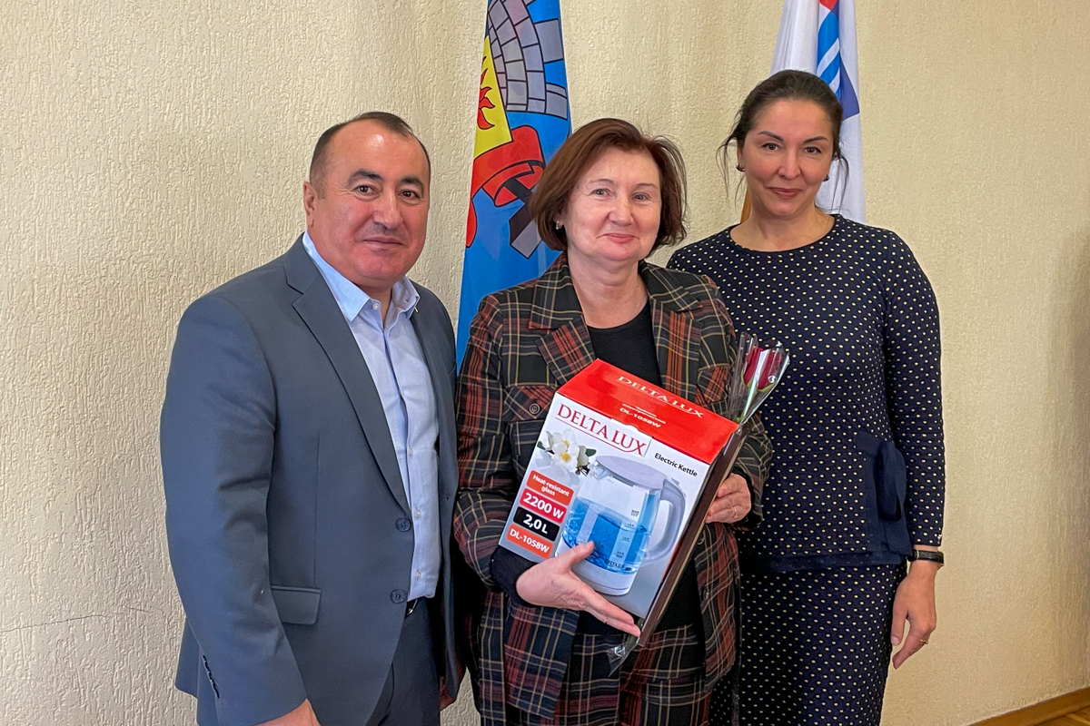 Заслуженным педагогам ЛНР вручили подарки от ОД «Мир Луганщине»