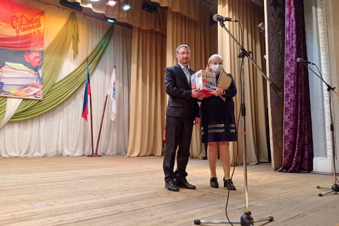 Заслуженным педагогам ЛНР вручили подарки от ОД «Мир Луганщине» 6