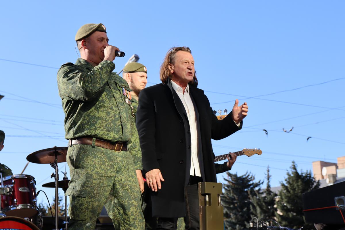 В Луганском кинотеатре презентовали клип ансамбля «Новороссия» на песню «Донбасс за нами» 4