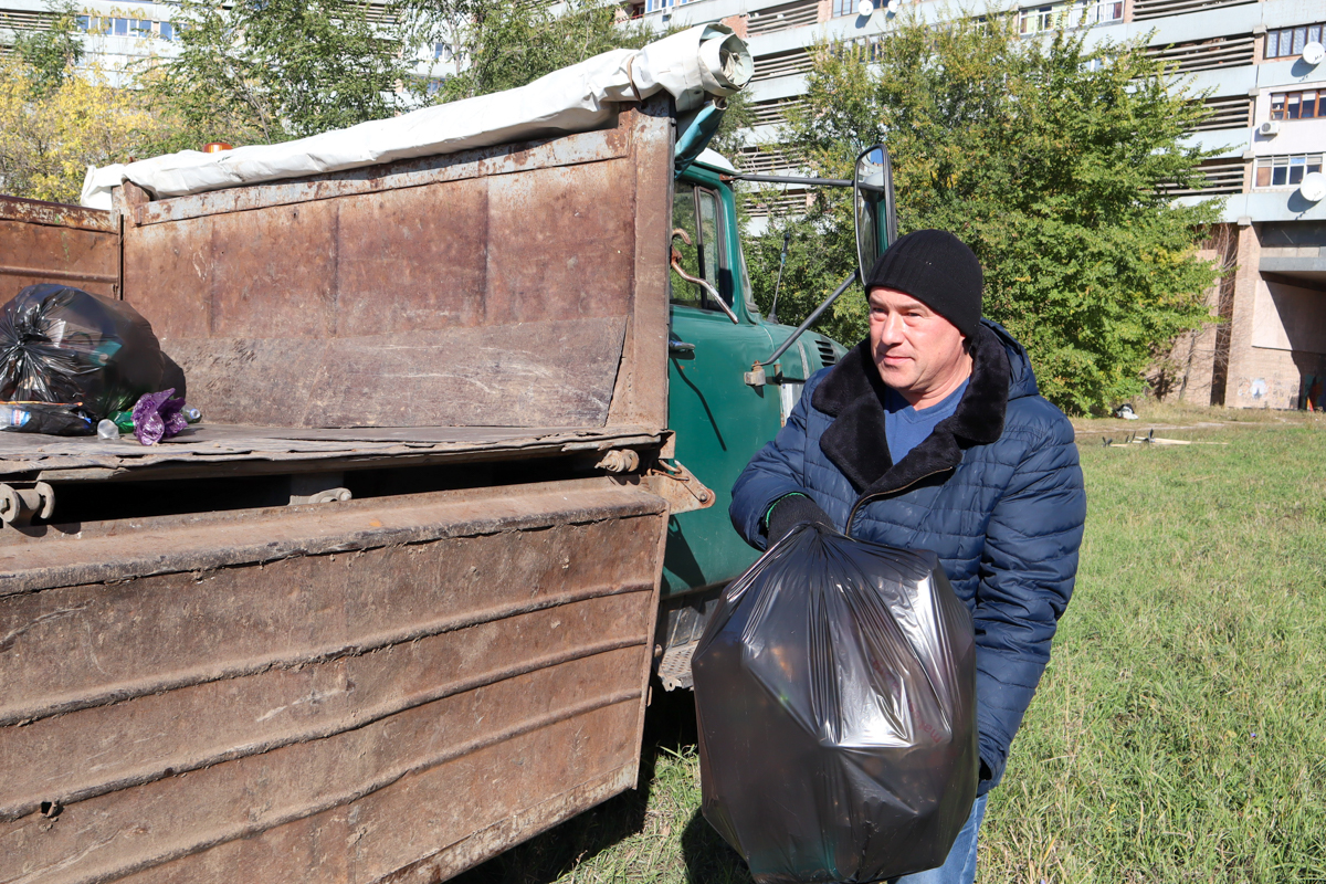 В Луганске состоялся субботник возле памятника Клименту Ворошилову 2