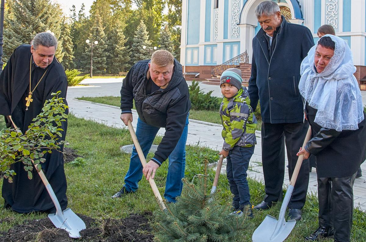 Депутаты приняли участие в акции по озеленению города